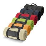 Fleecedeken met draagbeugel in beige, oranje, groen, rood, blauw en zwart.
